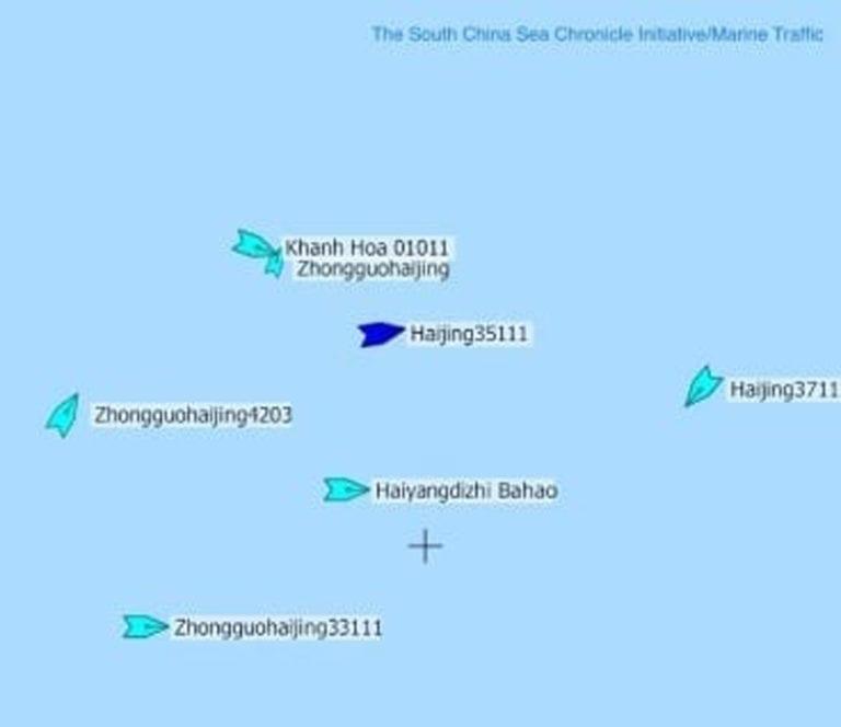 Đồ họa một tàu Việt Nam bị tàu Hải Cảnh Trung Quốc chặn trong khi một số tàu hải cảnh khác bảo vệ tàu khảo sát địa chất Haiyang Dizhi 8 ở giữa.