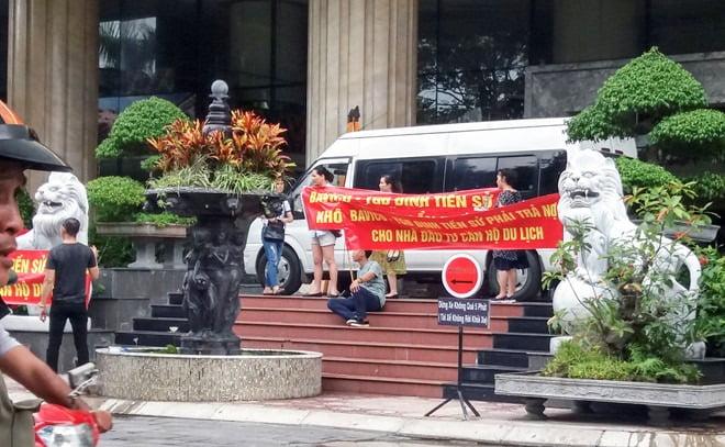 Khách hàng căng băng rôn trước khách sạn Bavico Nha Trang tố cáo ông Đinh Tiến Sử hồi tháng 1:2018.