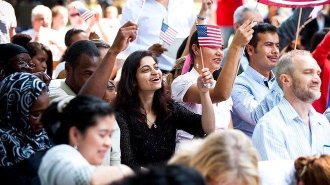 Người nhập cư trong lễ cấp quốc tịch tại Mỹ.