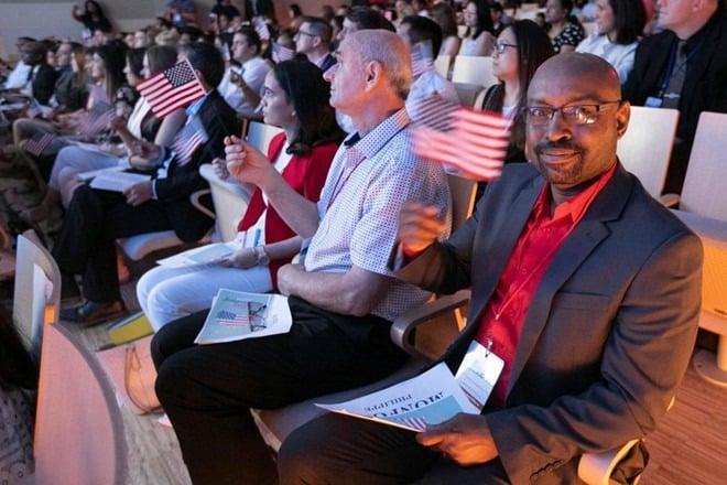 Người nhập cư trong một buổi lễ nhập tịch chính thức trở thành công dân Mỹ.