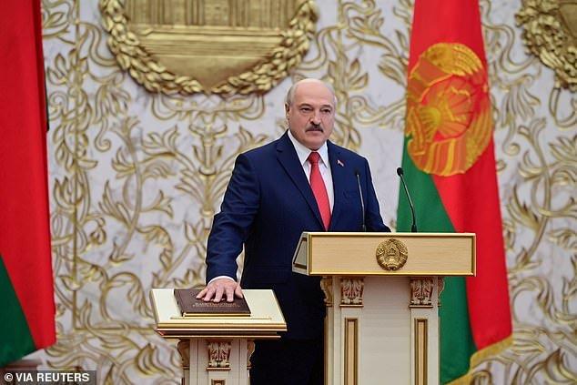"""Belarus - Lễ nhậm chức như """"trò hề"""" của Lukashenko"""