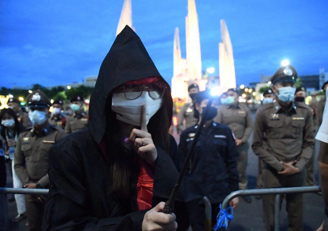 Thái Lan - Quân vương trụy lạc và tập đoàn quân sự, hai đích ngắm của những người biểu tình