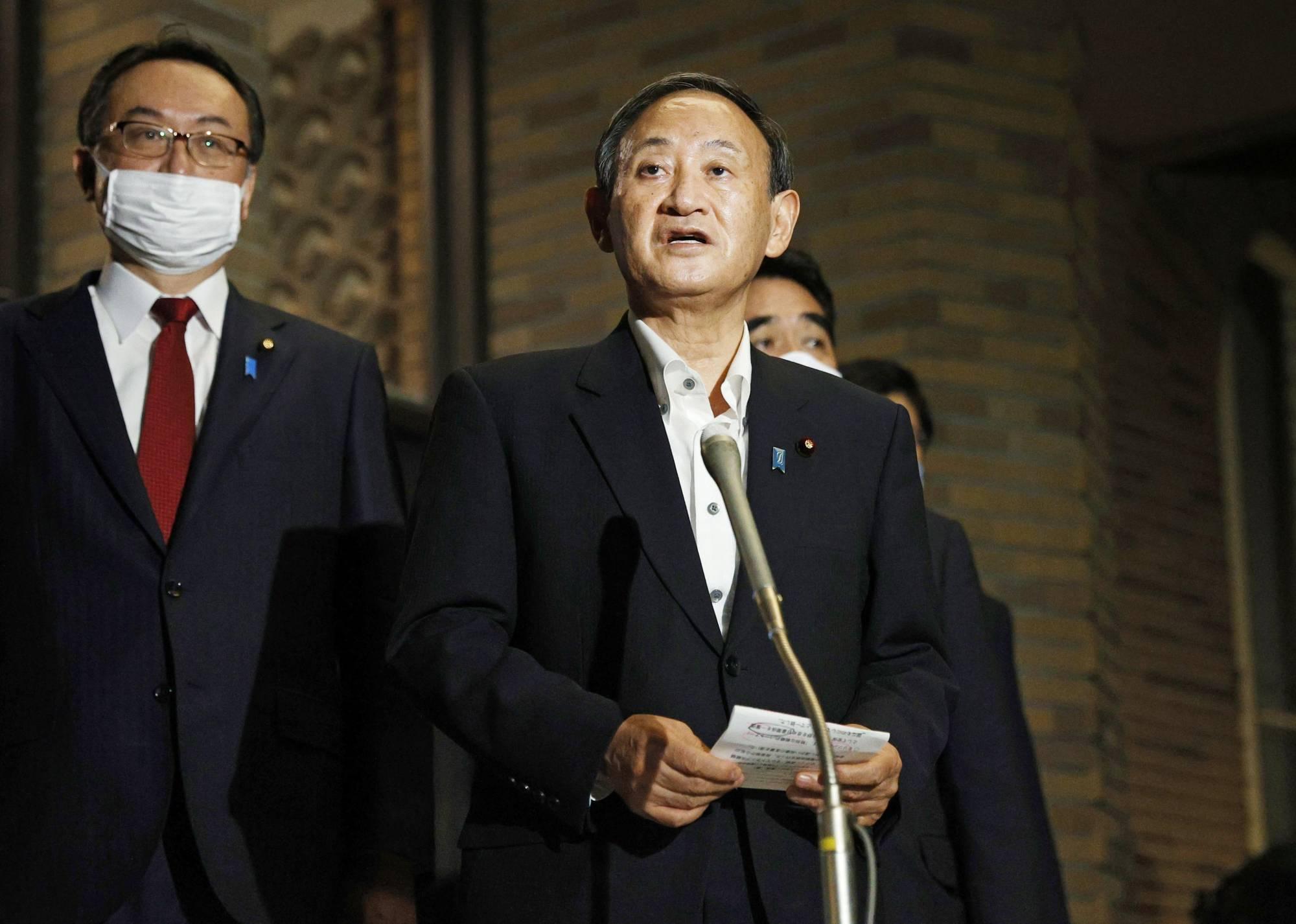 Thủ tướng Nhật Yoshihide Suga giới thiệu tóm tắt với các phóng viên về cuộc điện đàm của ông với Tổng thống Mỹ Donald Trump vào tối Chủ nhật tại Văn phòng Thủ tướng ở Tokyo. | KYODO