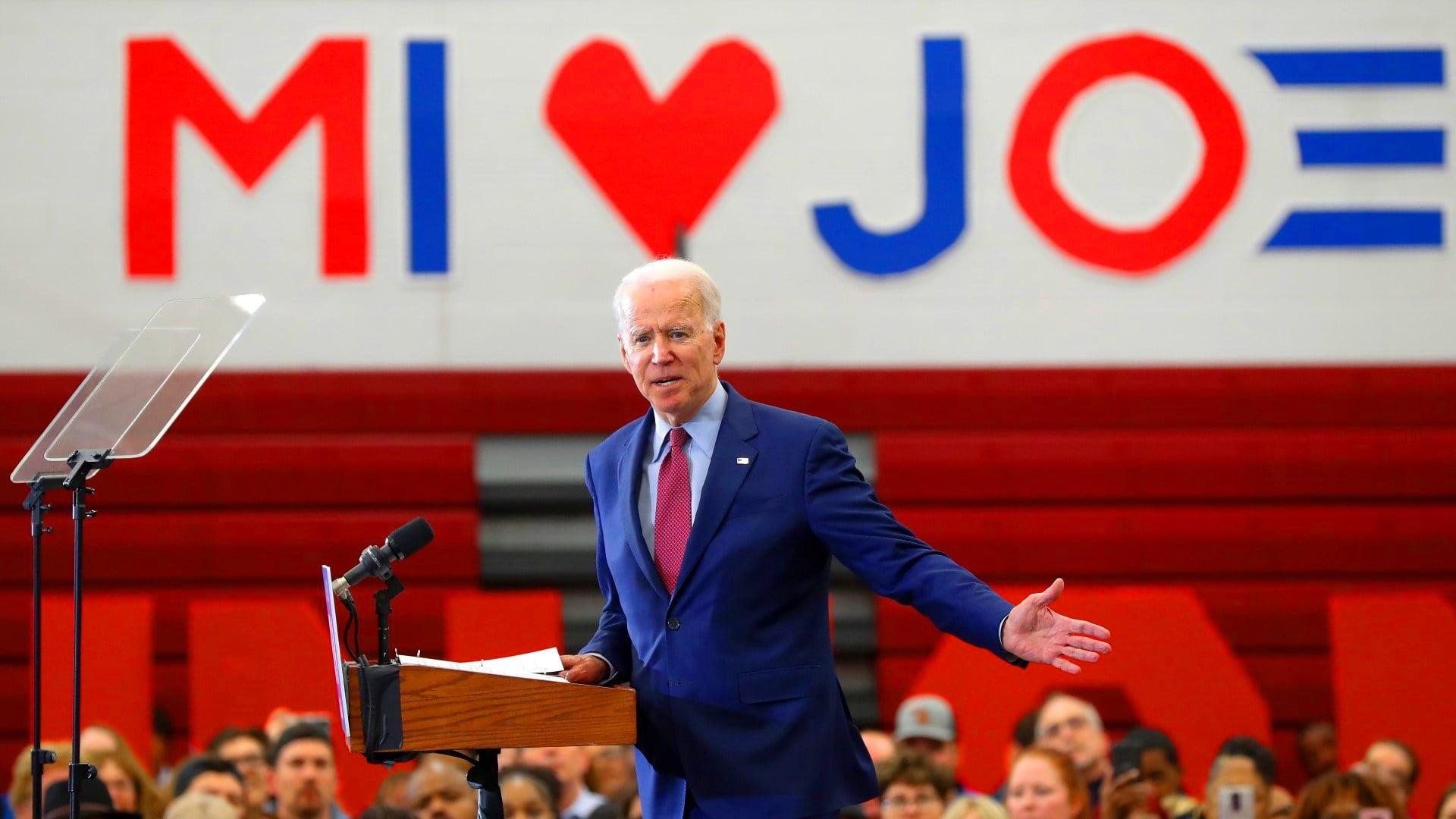 """Ông Trump """"sốc"""" khi Wisconsin, Michigan bất ngờ """"chuyển xanh""""."""
